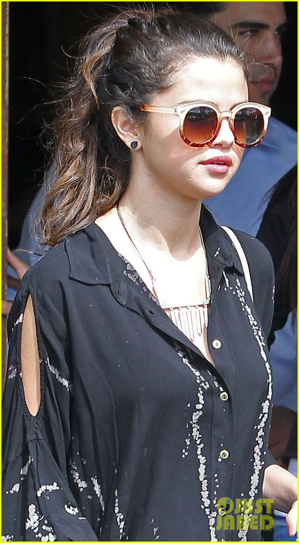 selena gomez coral tree cafe lunch 04