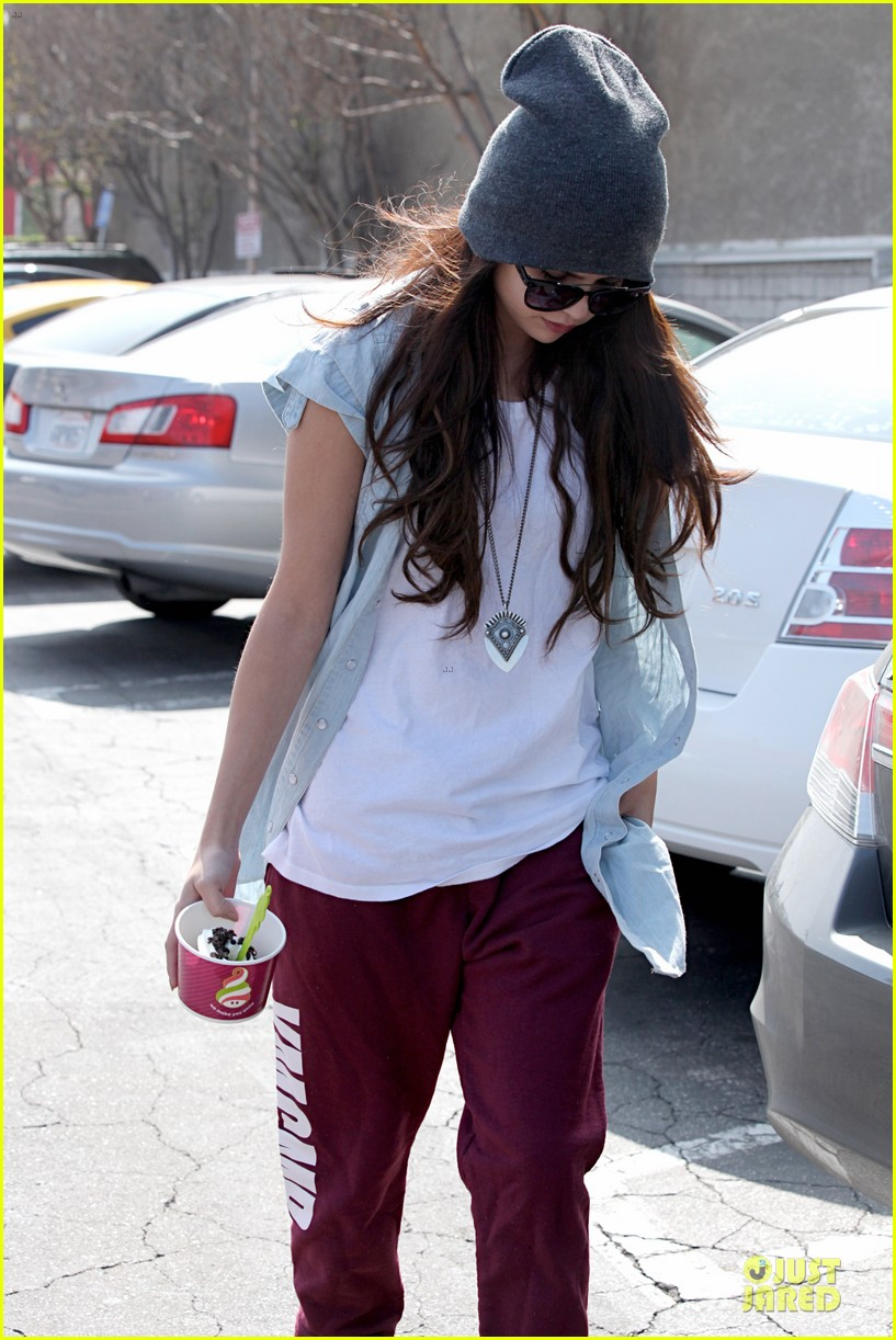 selena gomez frozen yogurt with a gal pal 04