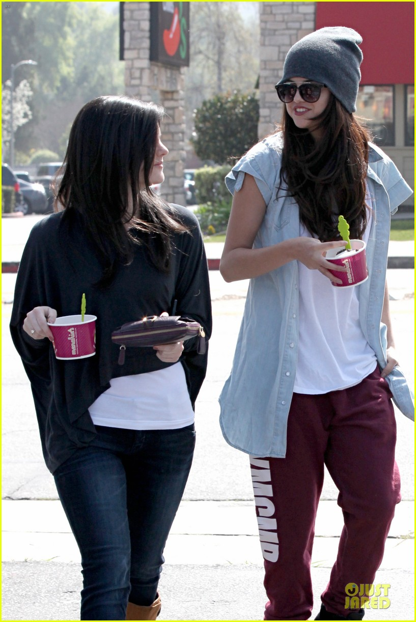 selena gomez frozen yogurt with a gal pal 14