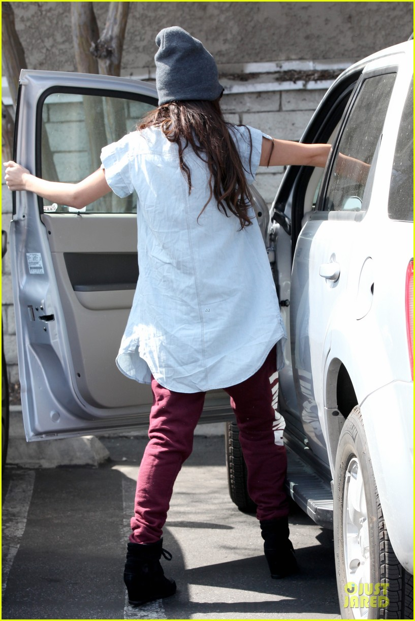 selena gomez frozen yogurt with a gal pal 16