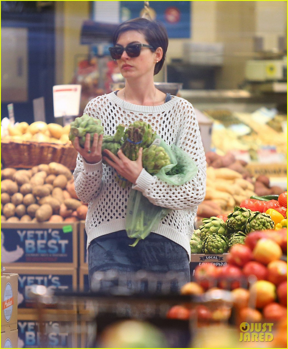anne hathaway whole foods shopper 022833375