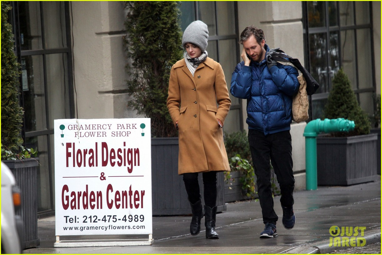 anne hathaway monday morning stroll with adam shulman 03