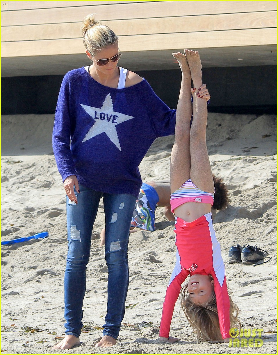 heidi klum beach handstands with leni 04