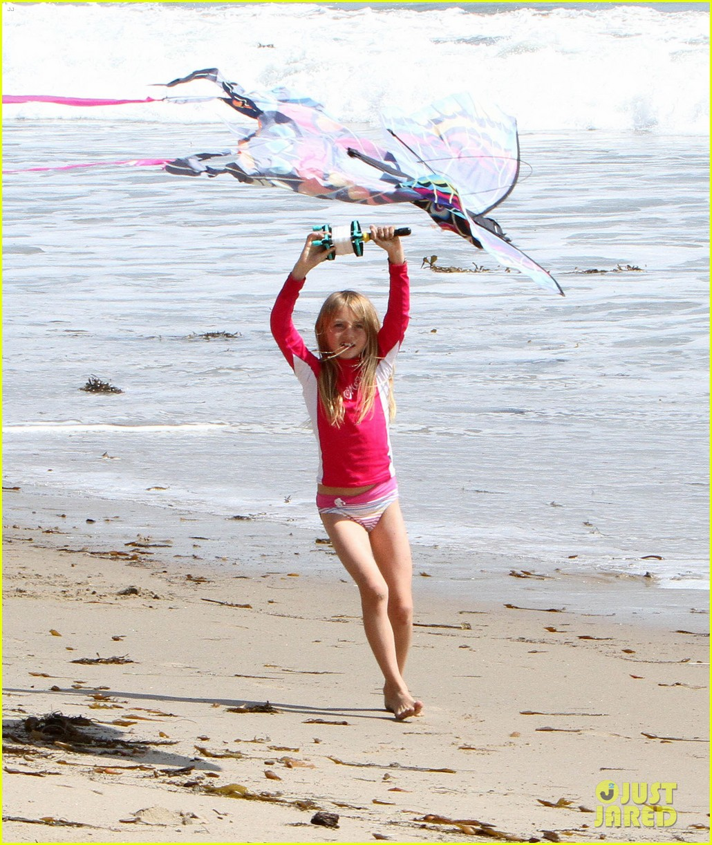 heidi klum beach handstands with leni 172837248
