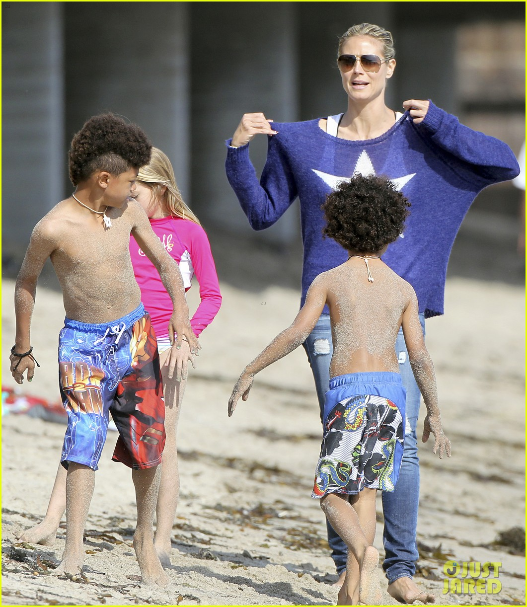 heidi klum beach handstands with leni 26