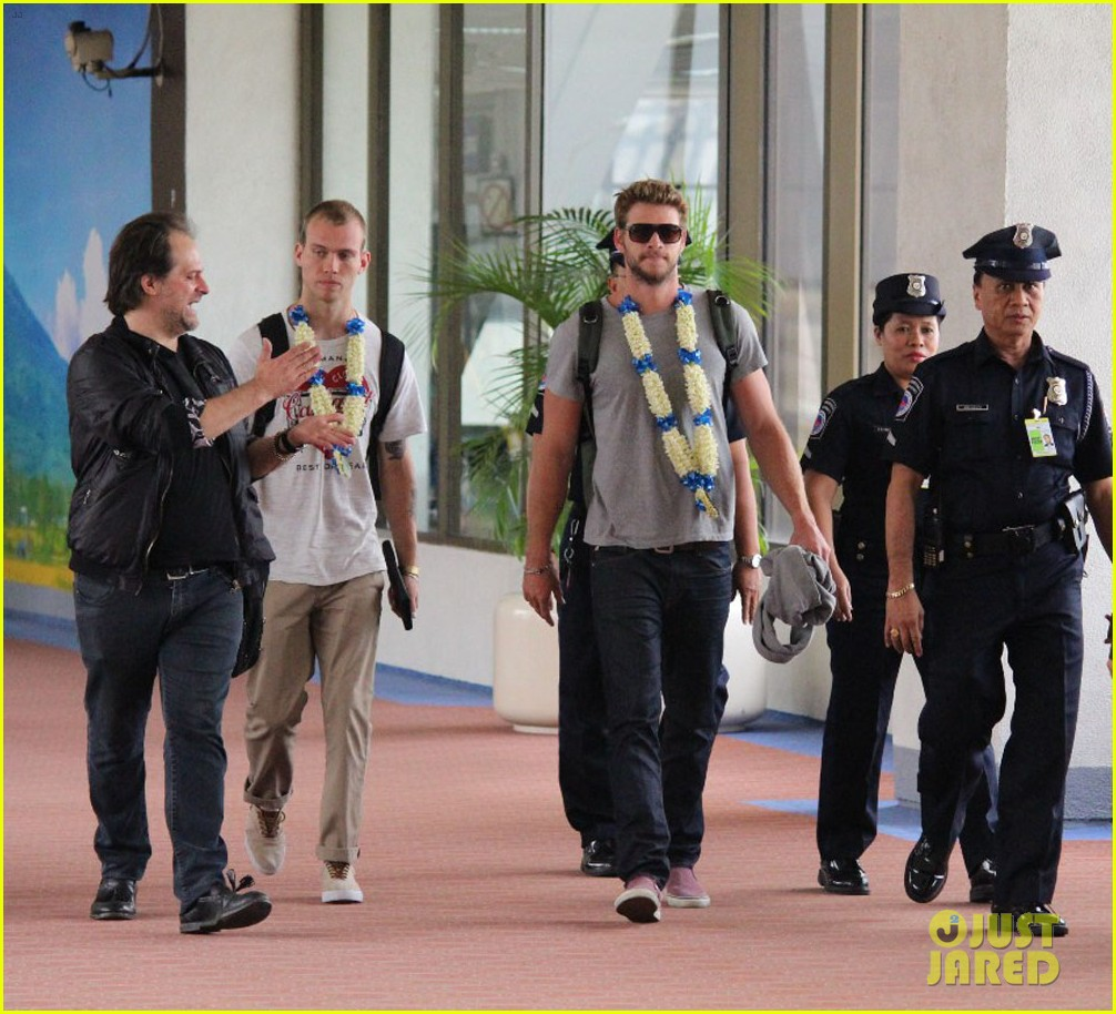 liam hemsworth arrives in manila post miley cyrus split rumors 01