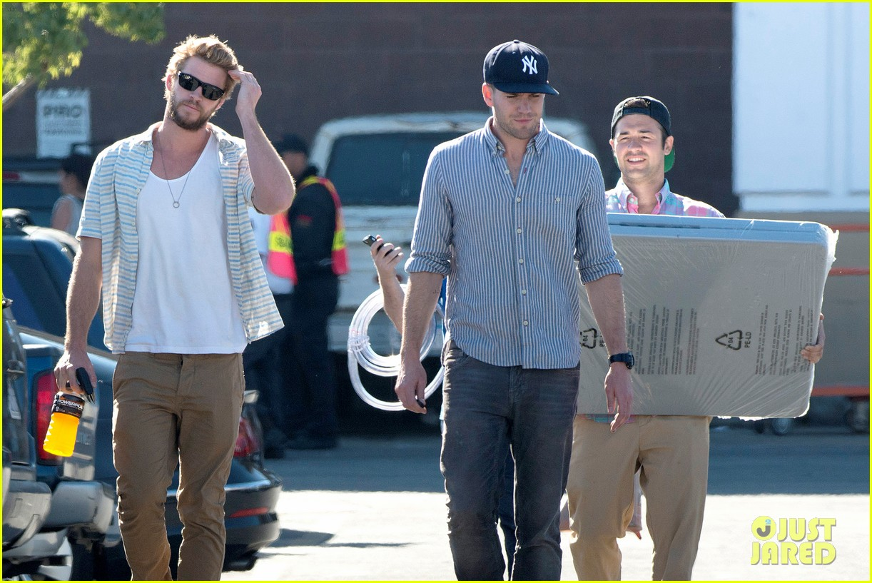 liam hemsworth shops with friends miley cyrus visits studio 11