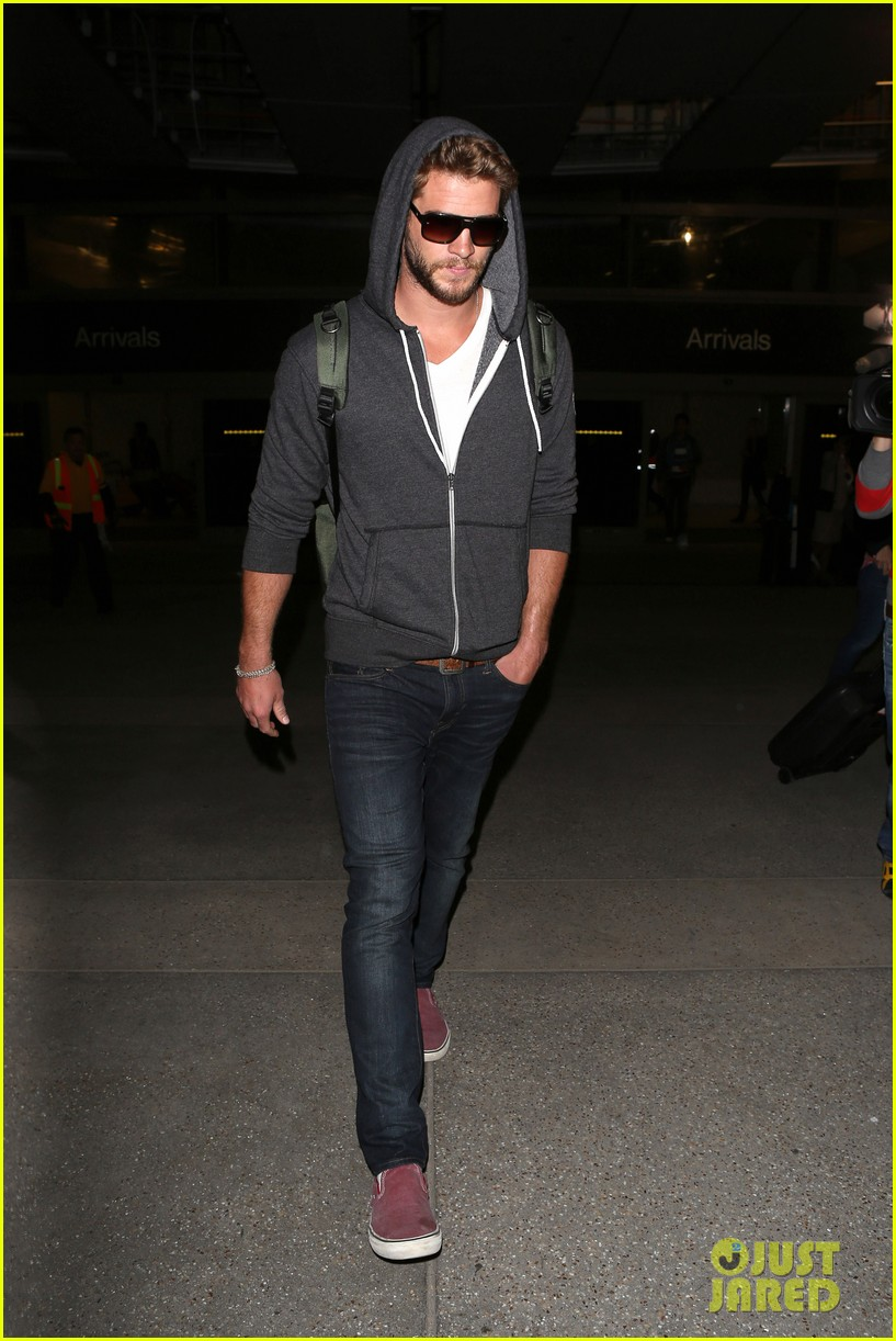liam hemsworth lands in los angeles miley cyrus twerks 05