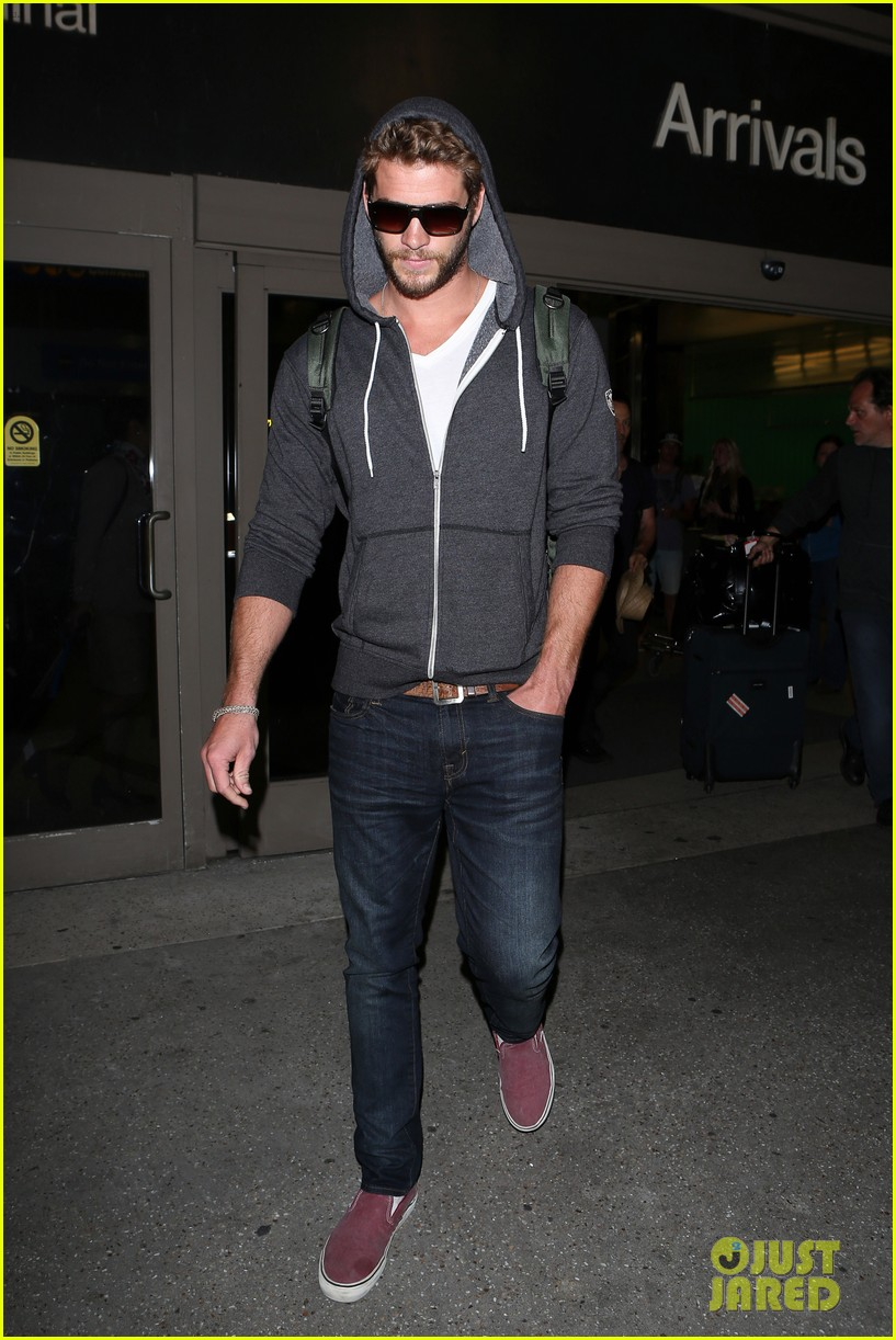 liam hemsworth lands in los angeles miley cyrus twerks 07