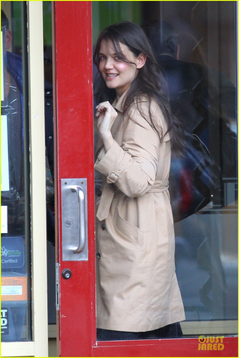 katie holmes big apple diner with male pal 082834232