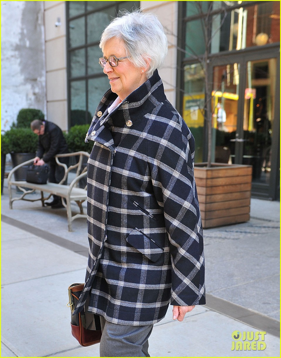 katie holmes lunch date with mom 09