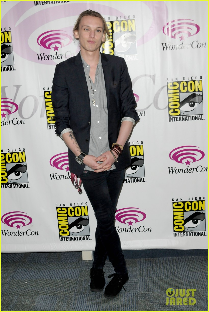 kevin zegers jamie campbell bower mortal instruments wondercon panel 01