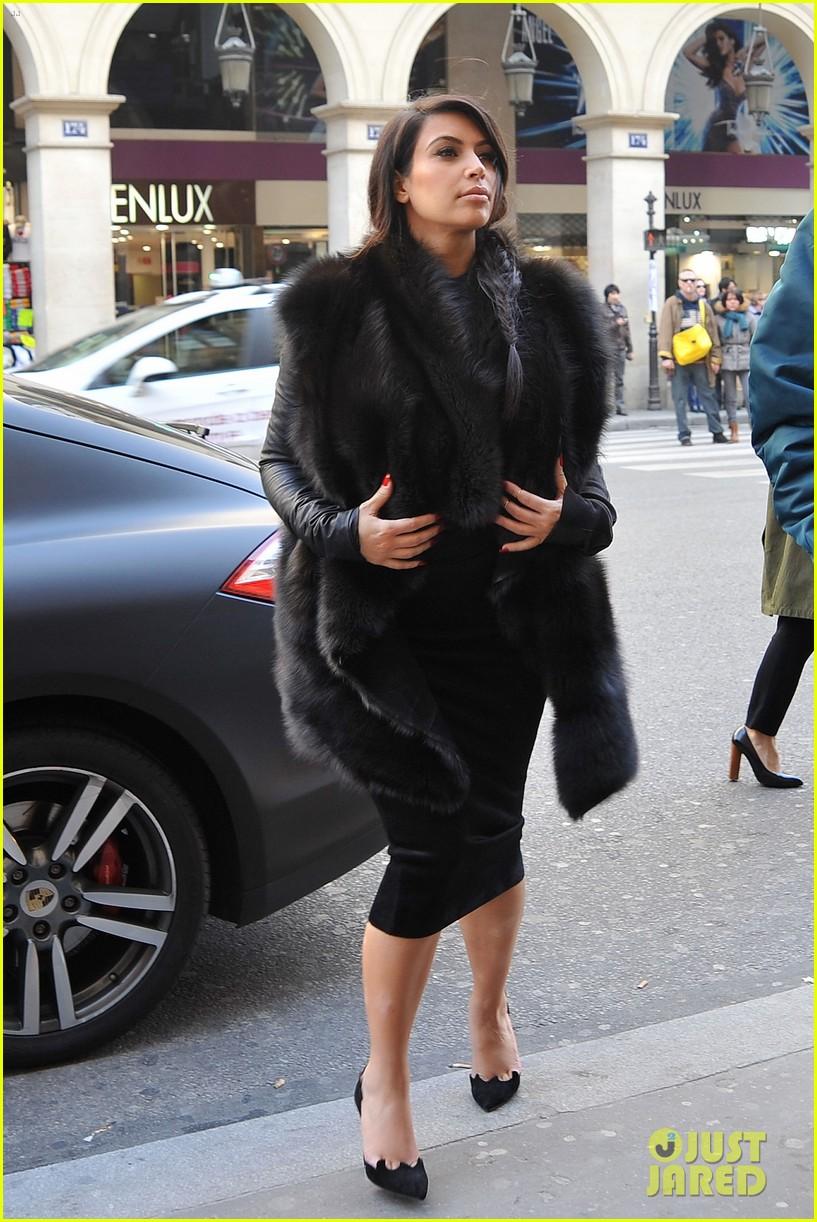 pregnant kim kardashian kanye west palais de tokyo visit 01