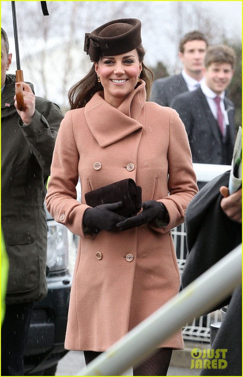 kate middleton pregnant cheltenham visit with prince william06