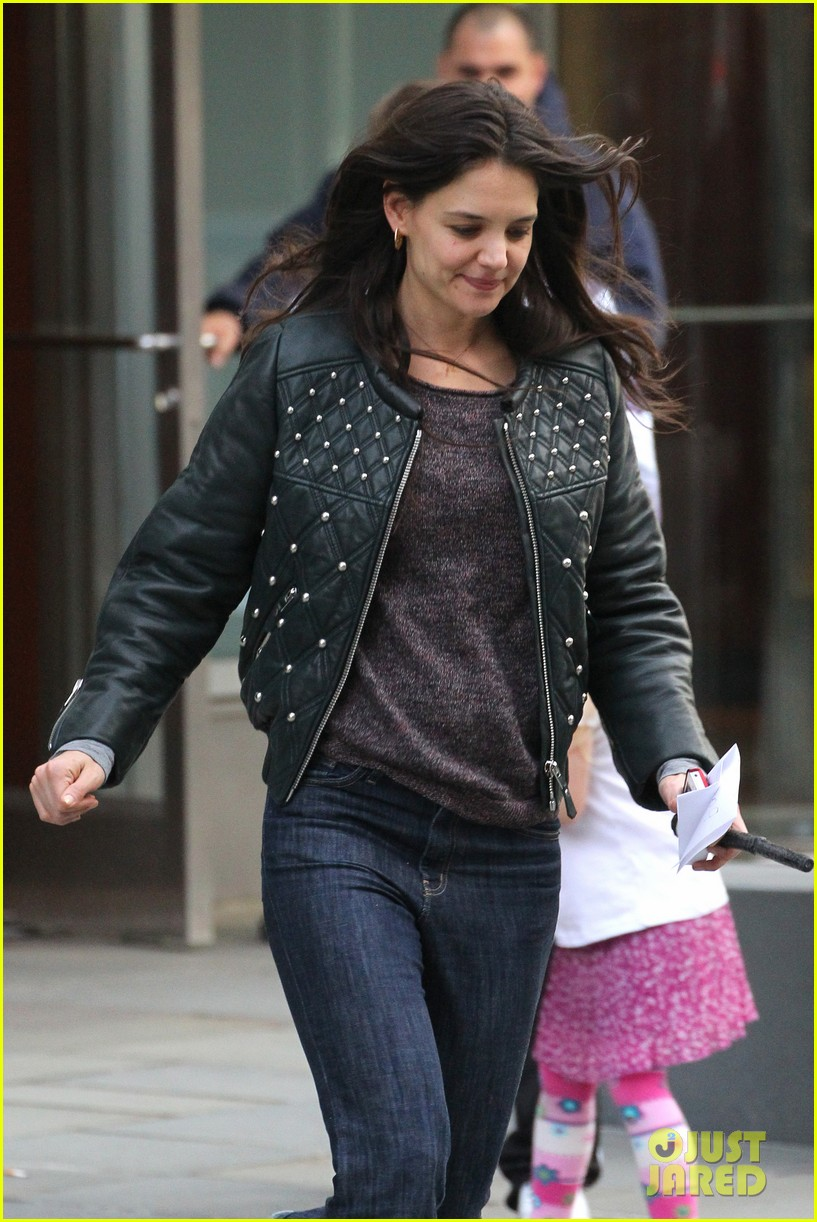 katie holmes runs after suri 01