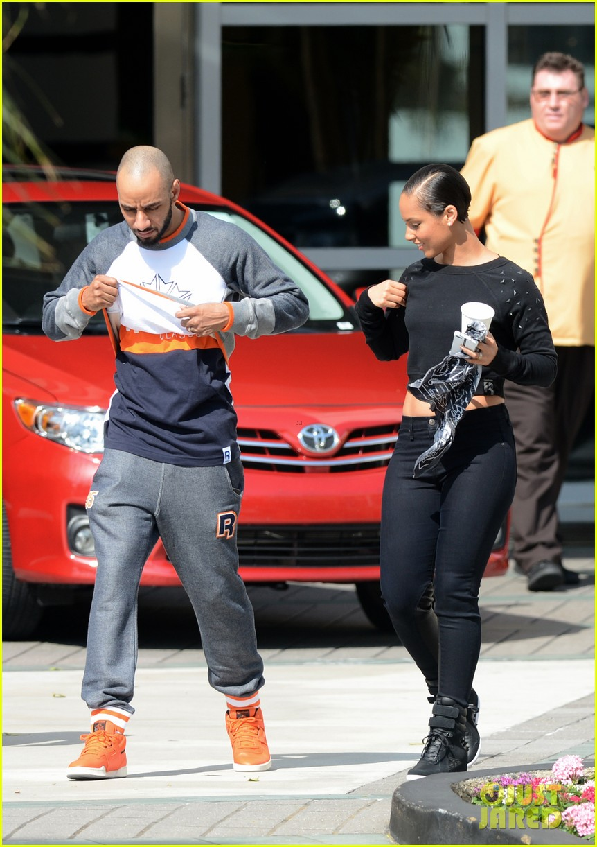 alicia keys swizz beatz holding hands in miami 052837775
