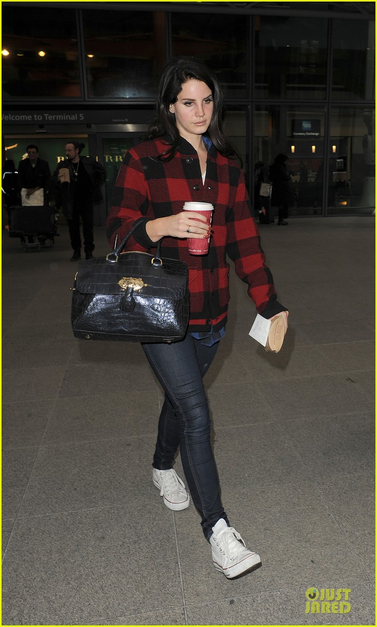 lana del rey london arrival after echo awards wins 03
