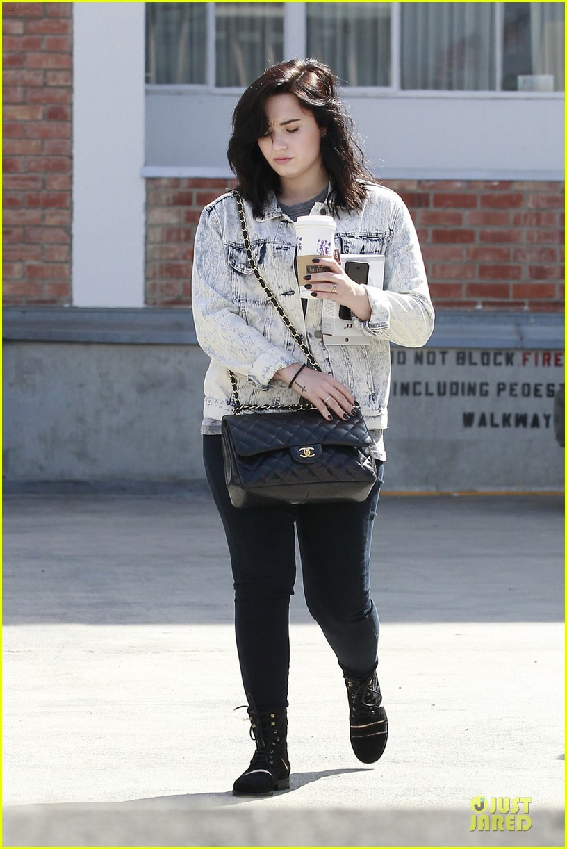 demi lovato short hair raising coffee stop 03