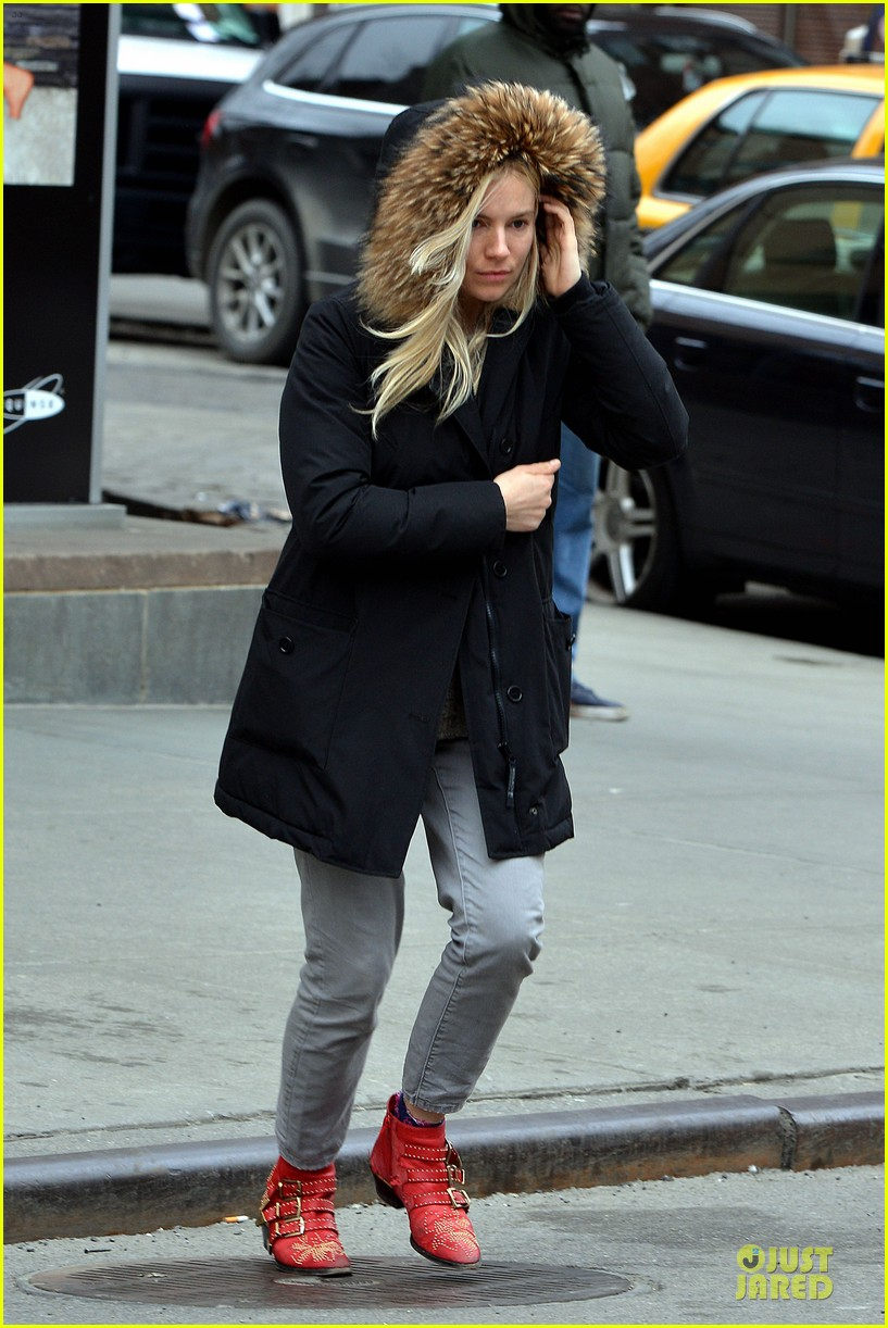 sienna miller red hot stroll in the big apple 032833036