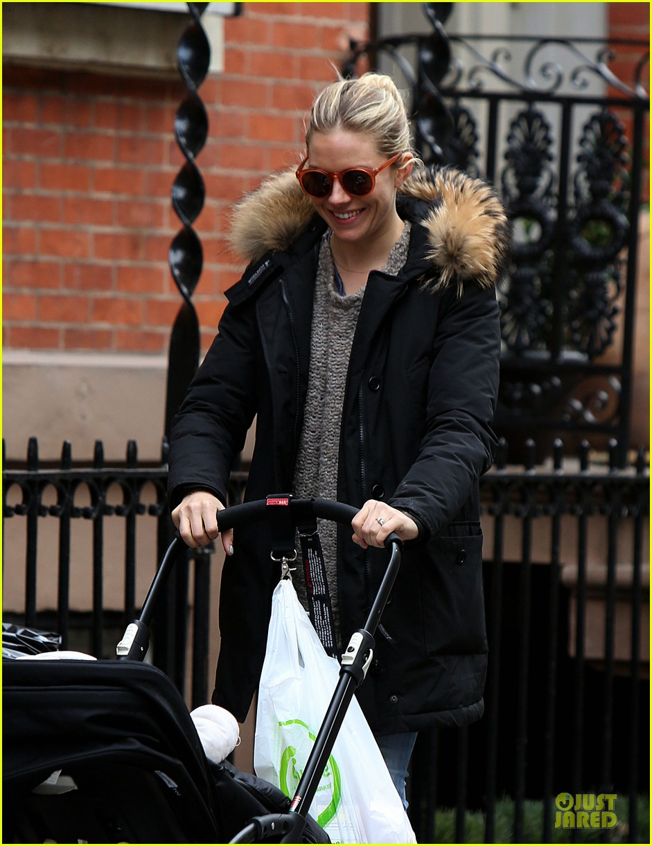 sienna miller stroller pushing with marlowe 02