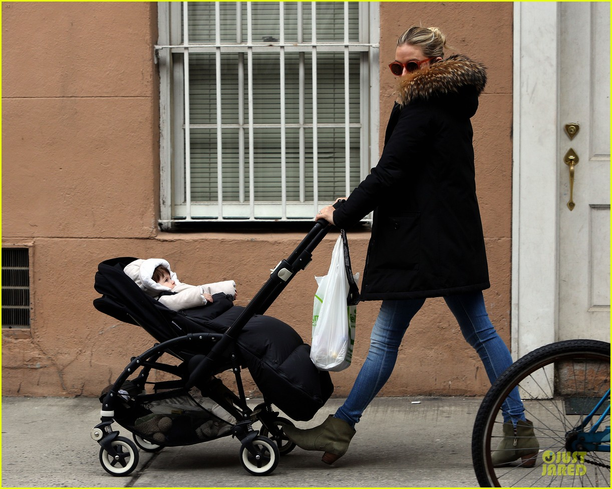 sienna miller stroller pushing with marlowe 09