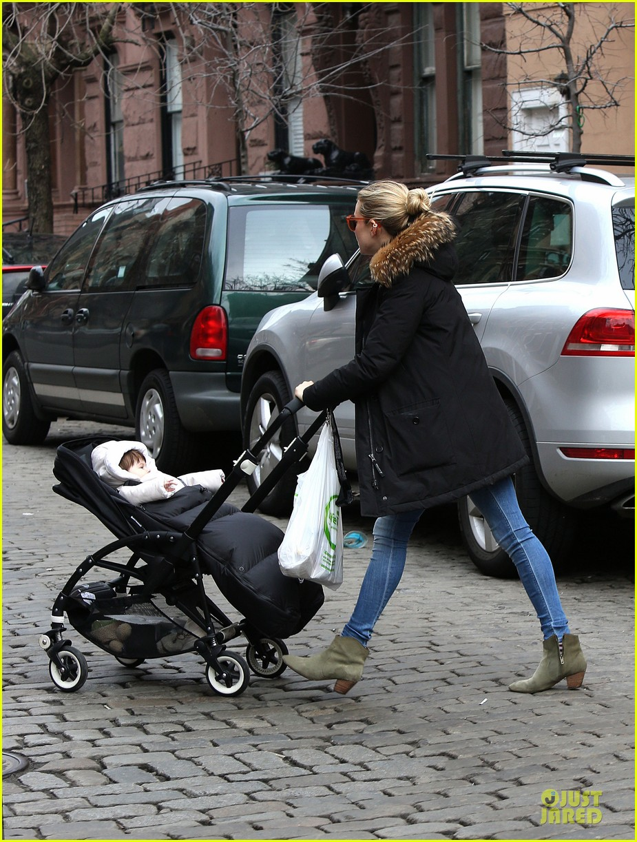 sienna miller stroller pushing with marlowe 10