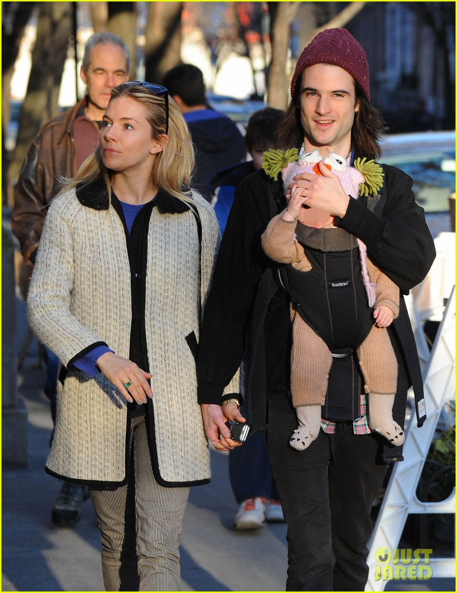 sienna miller tom sturridge west village walk with marlowe 04