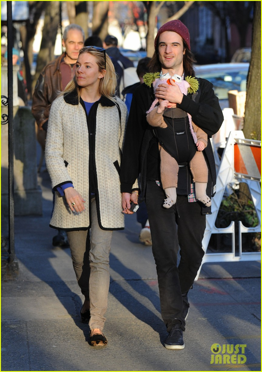 sienna miller tom sturridge west village walk with marlowe 08