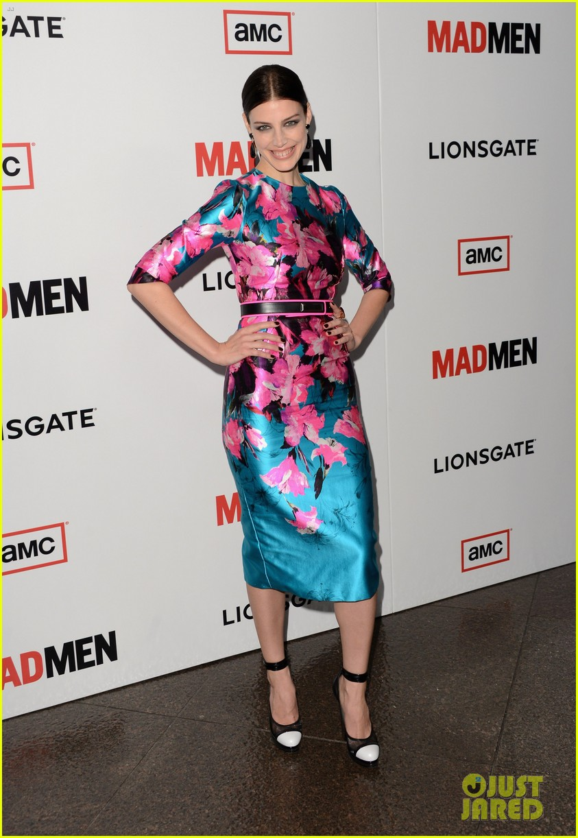 elisabeth moss christina hendricks mad men premiere 05