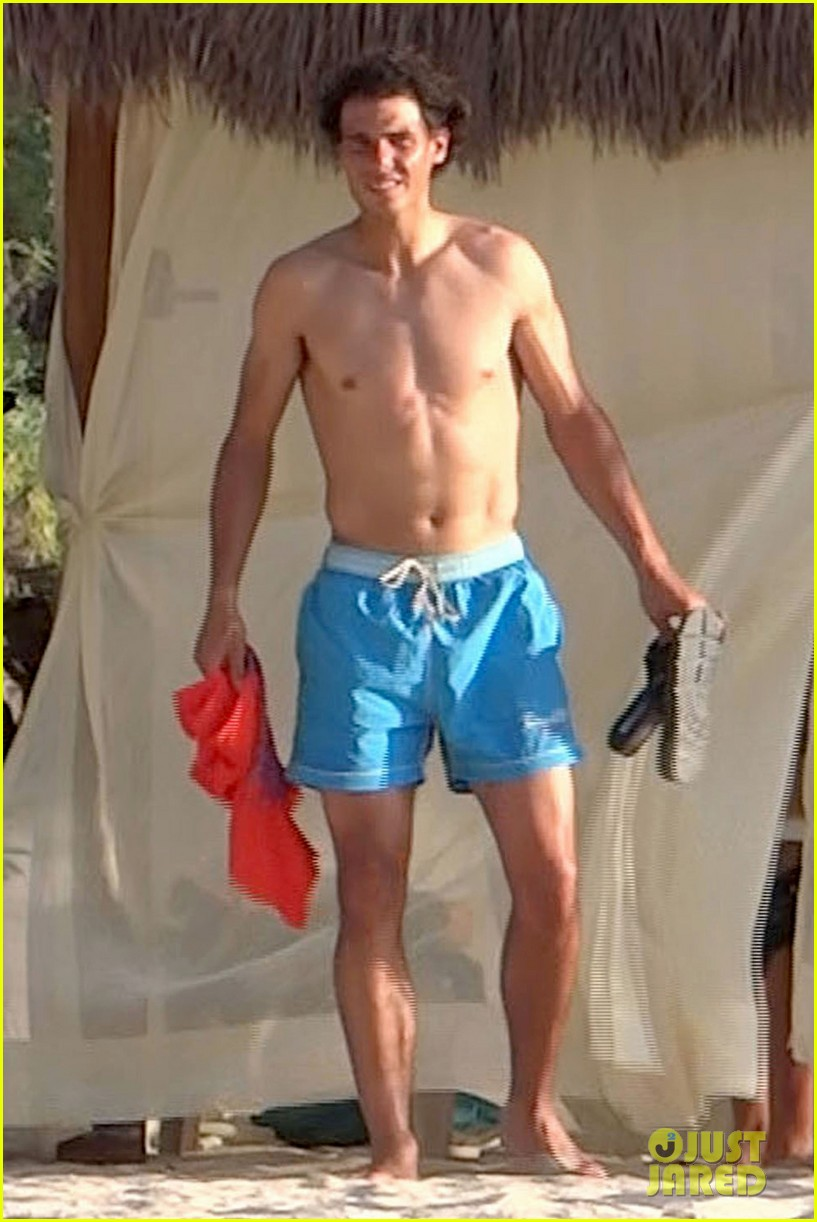 rafael nadal shirtless beach vacation with maria perrello 02