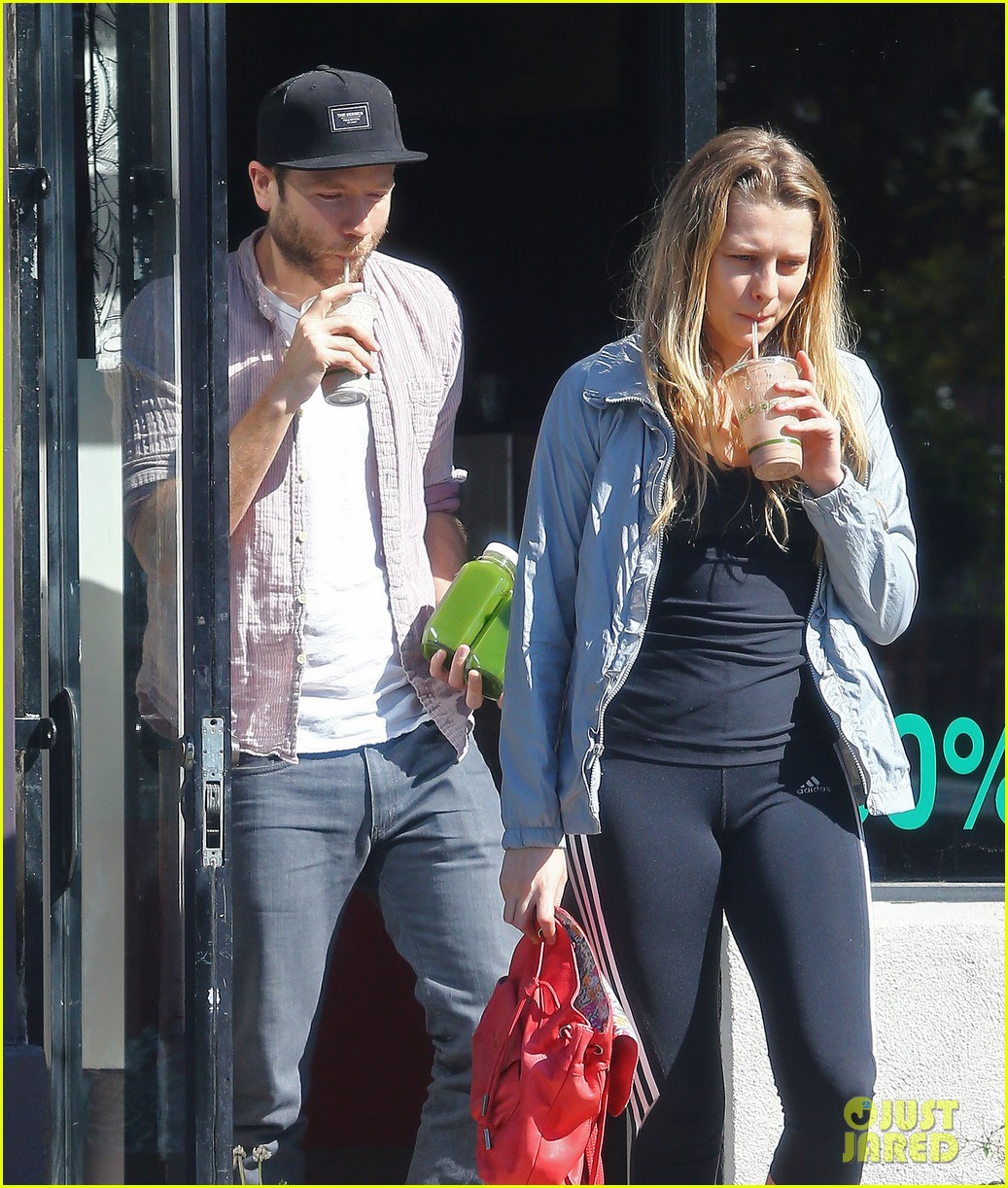 teresa palmer grabs smoothies with mark webber 102822791
