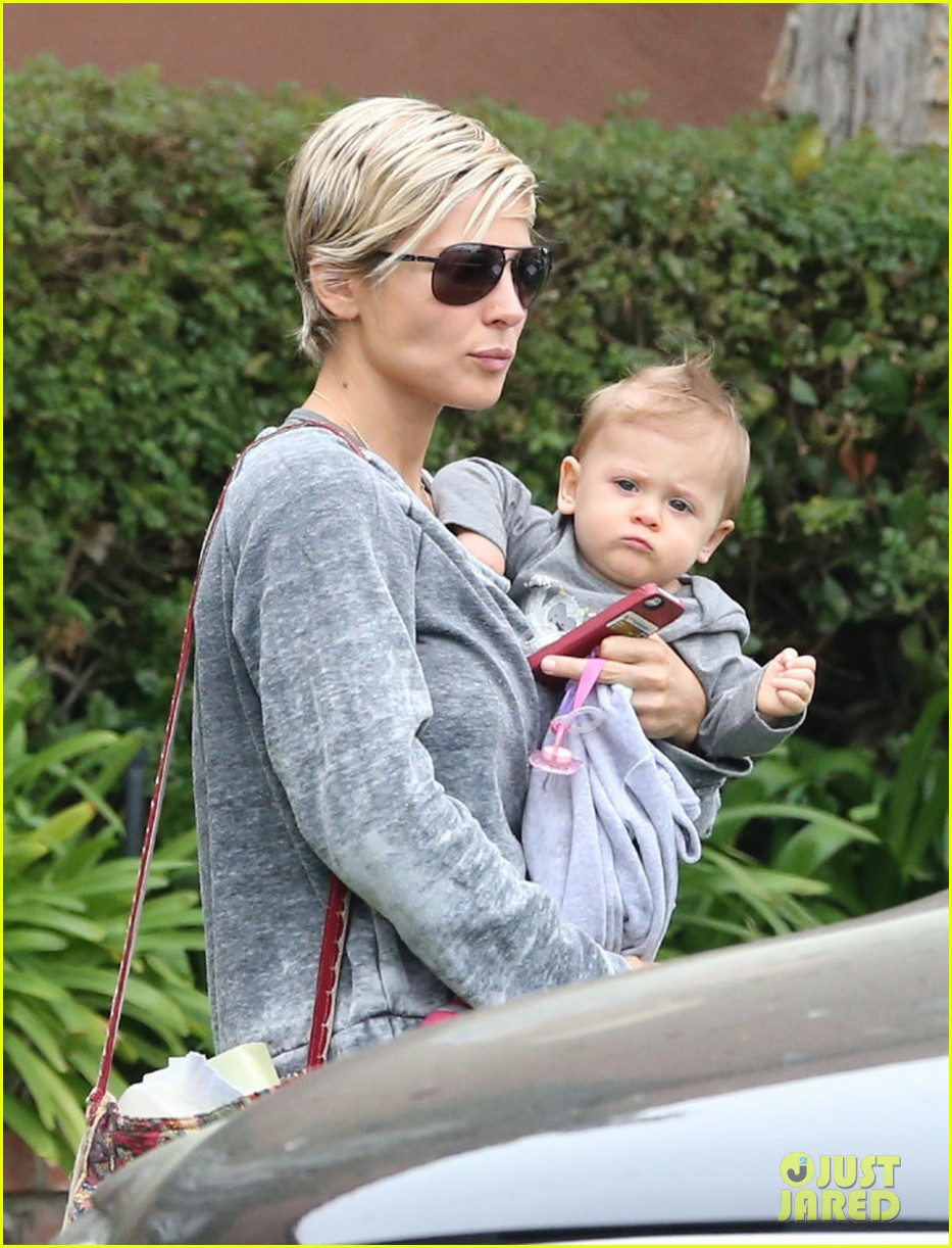 elsa pataky india mommy daughter errands 02