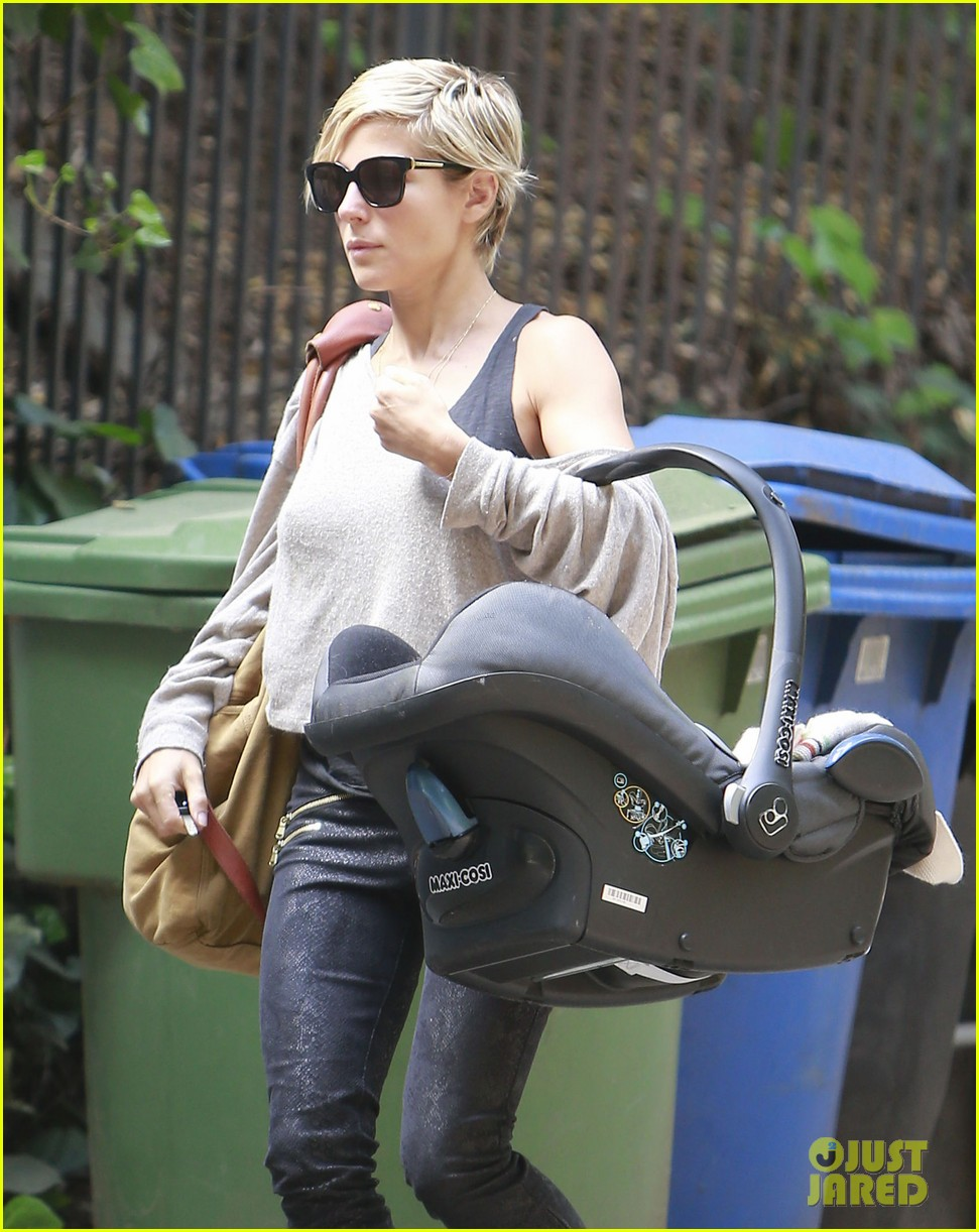 elsa pataky india mommy daughter errands 11
