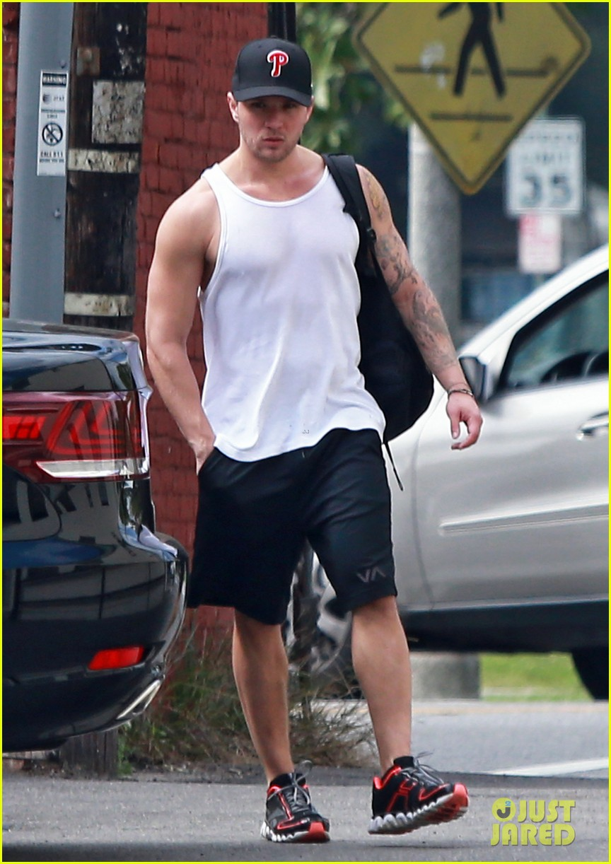 ryan phillippe muscle tank workout man 01
