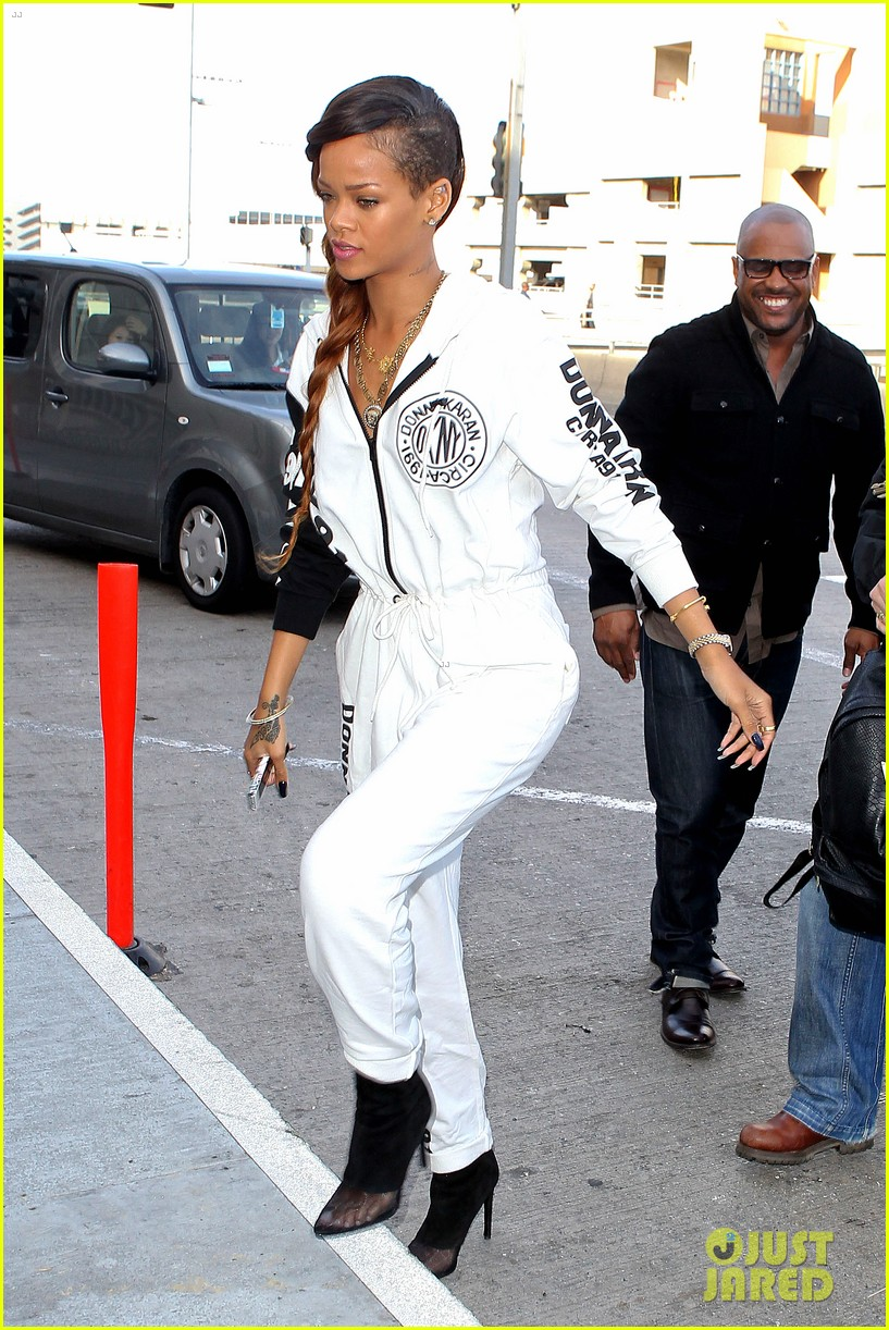 rihanna all white lax departure 25