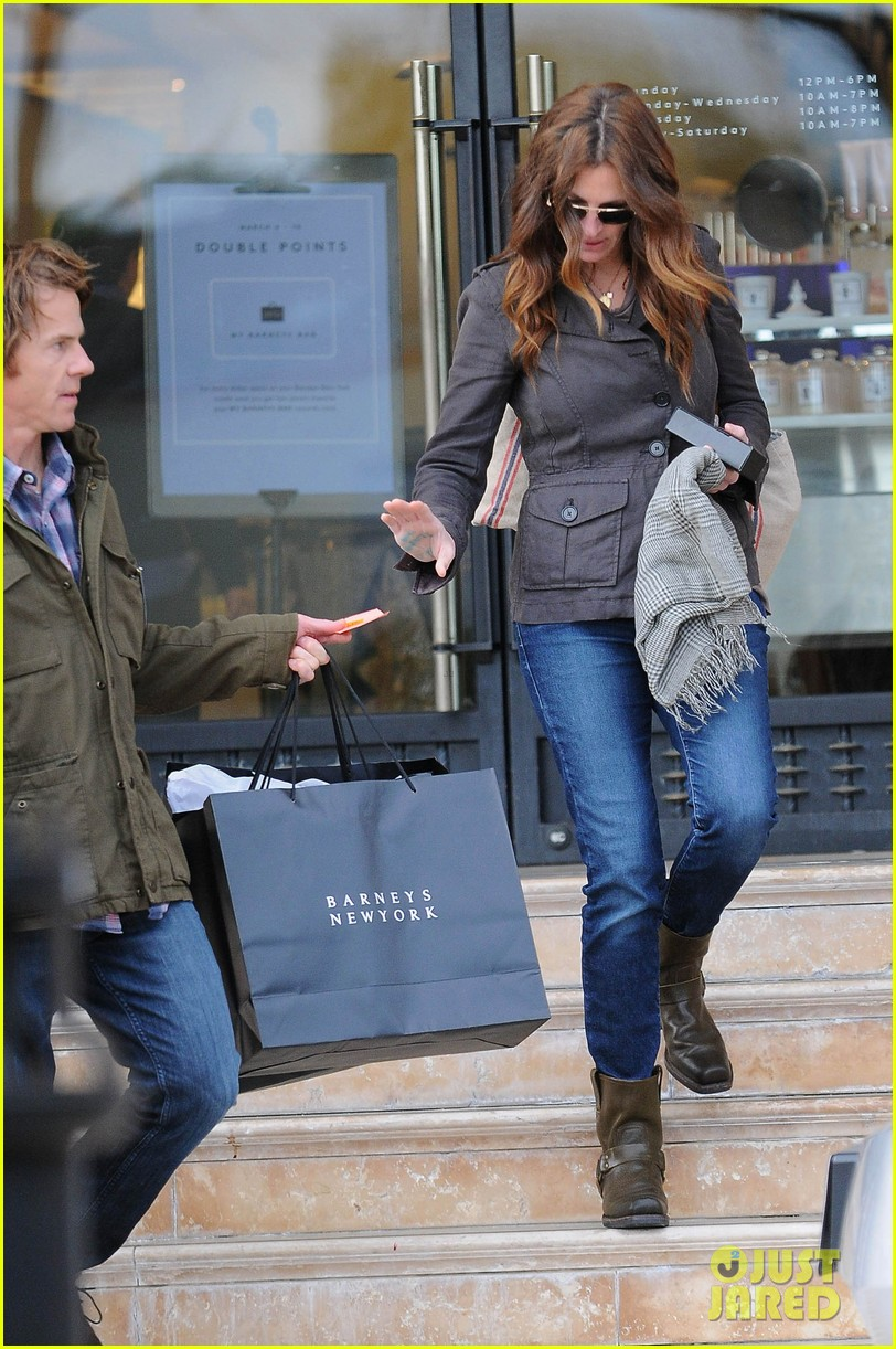 julia roberts barneys new york shopper 01