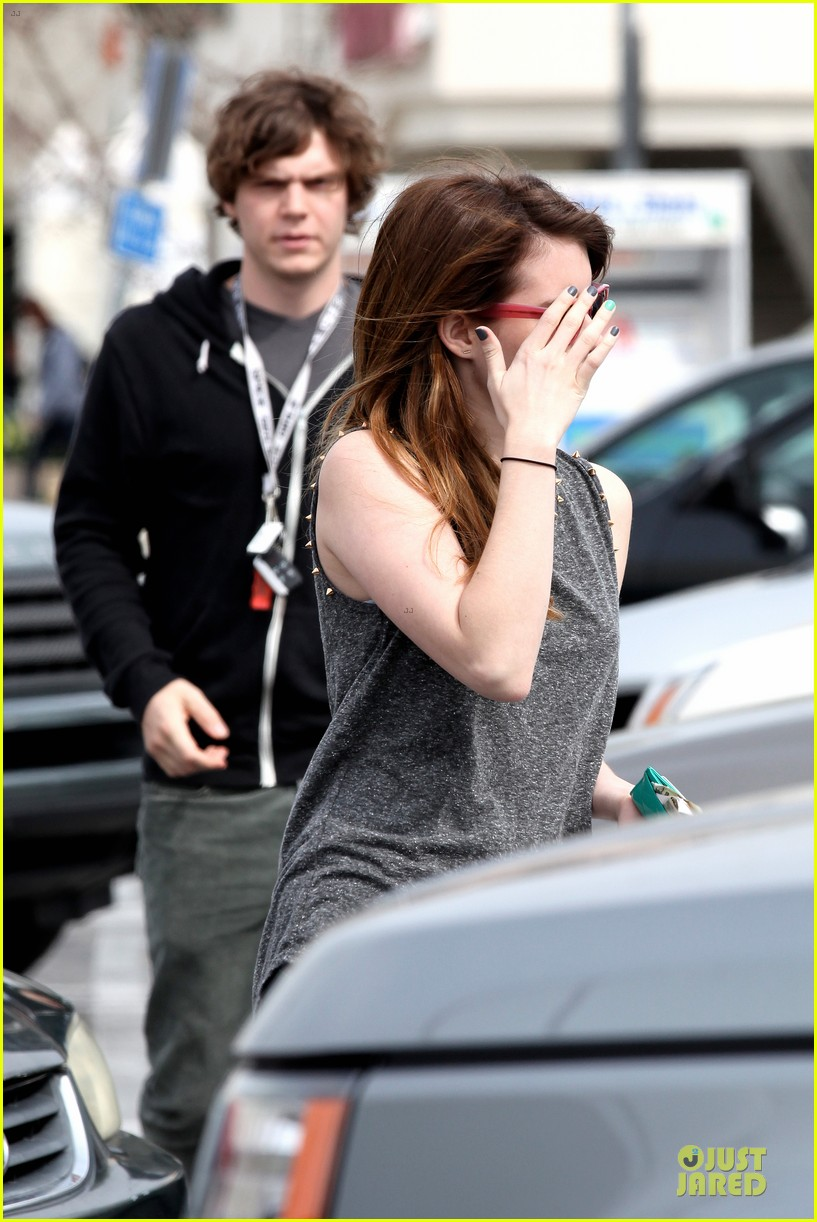 emma roberts evan peters cvs pharmacy stop 152833033