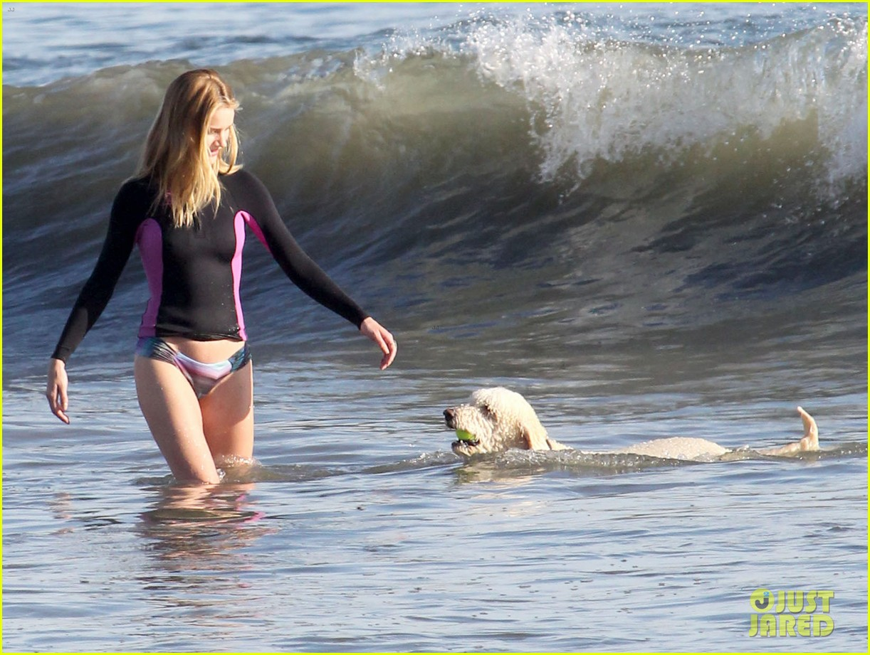 rosie huntington whiteley beach day with her pup 08