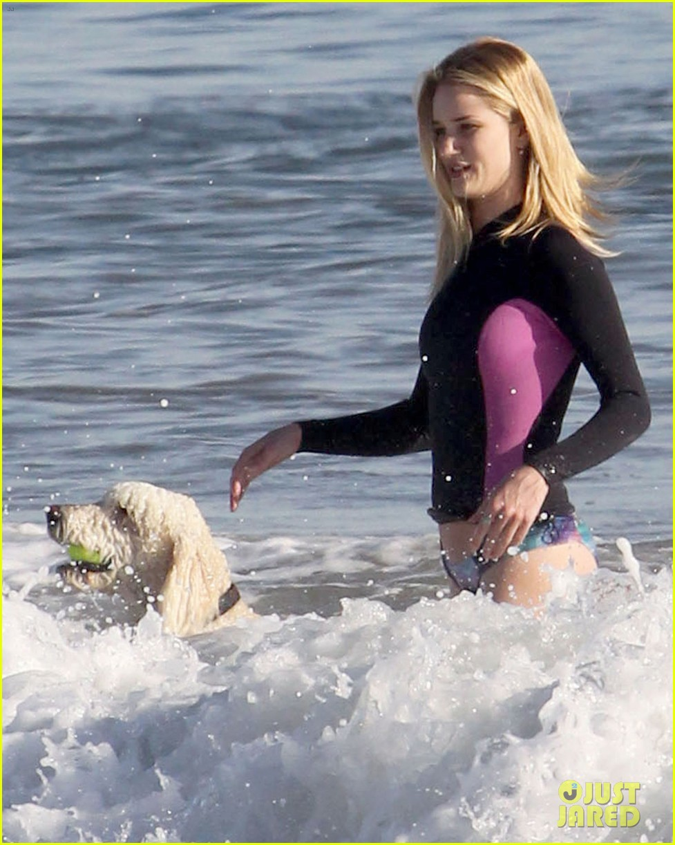 rosie huntington whiteley beach day with her pup 11