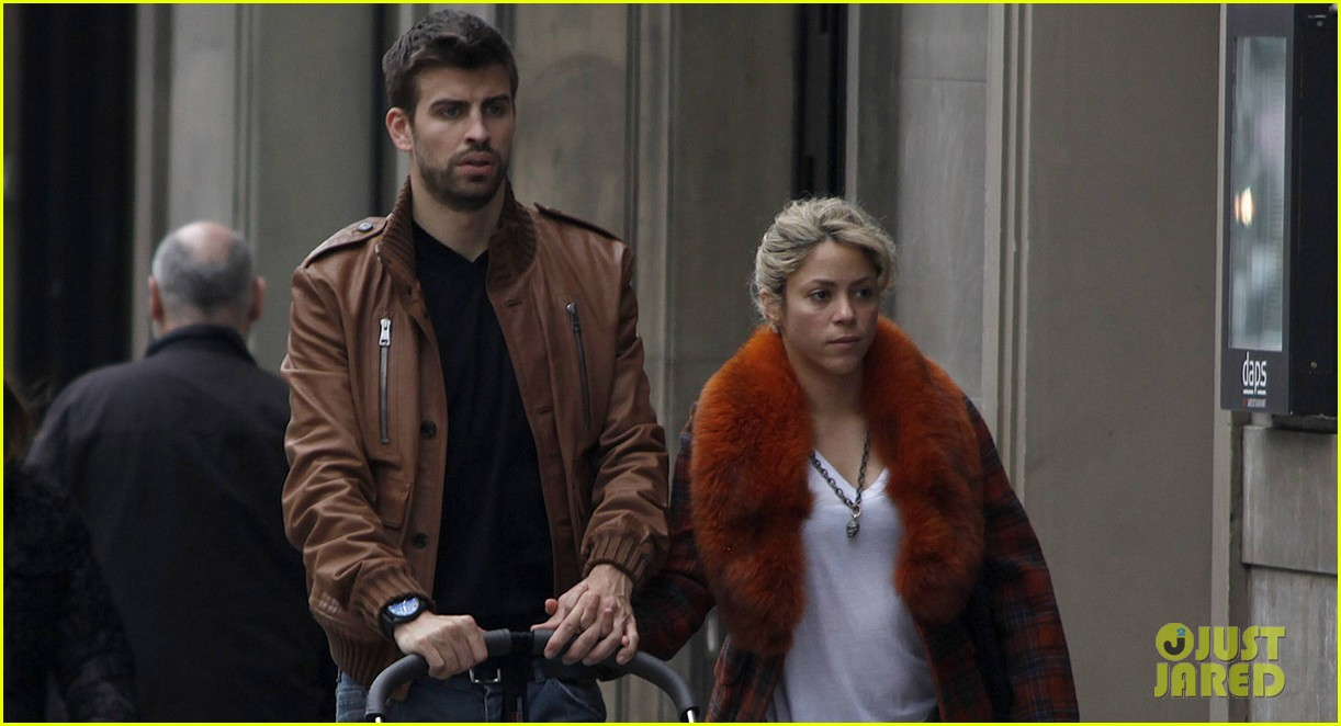 shakira gerard pique family picture with baby milan 04