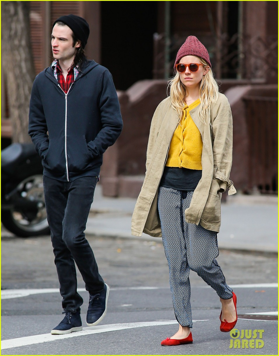 sienna miller tom sturridge hold hands in nyc 12