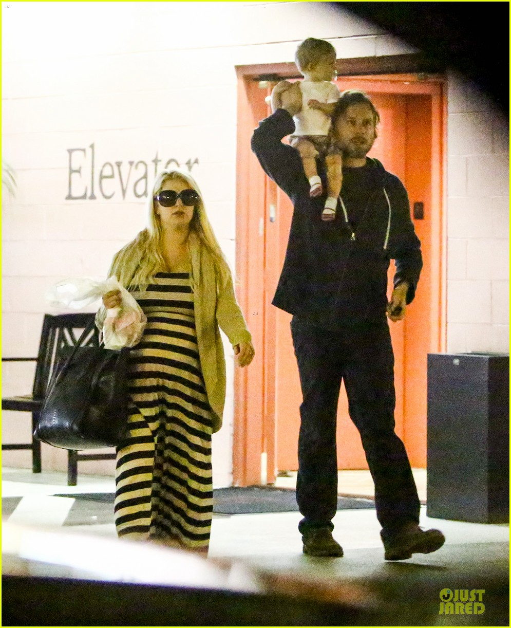 pregnant jessica simpson eric johnson doctors office with maxwell 032839964
