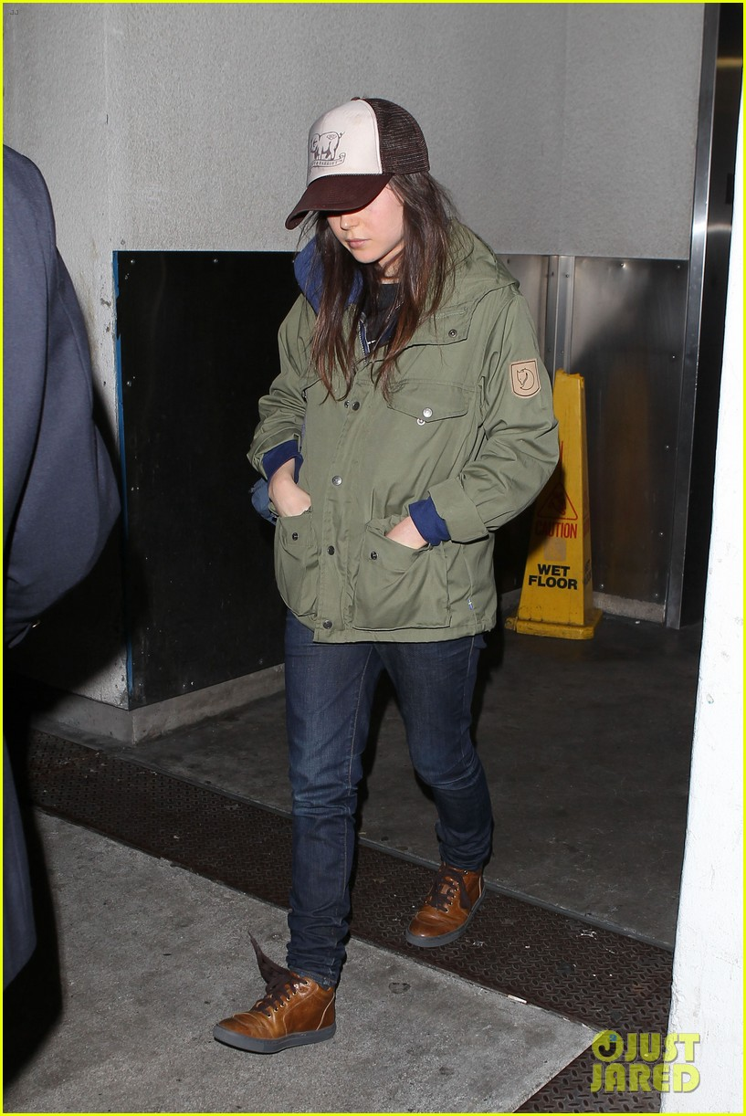 alexander skarsgard carries ellen page luggage at lax 10