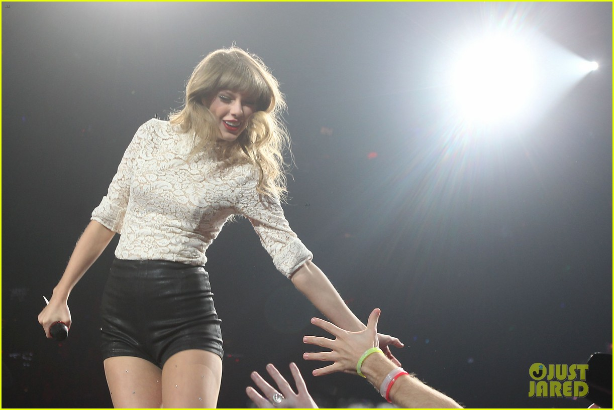 Full Sized Photo Of Taylor Swift Club Red Meet Greet In Newark 10