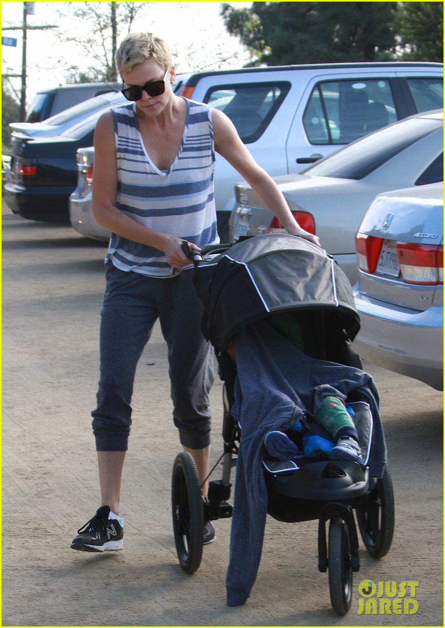charlize theron runyon canyon hike with jackson 05