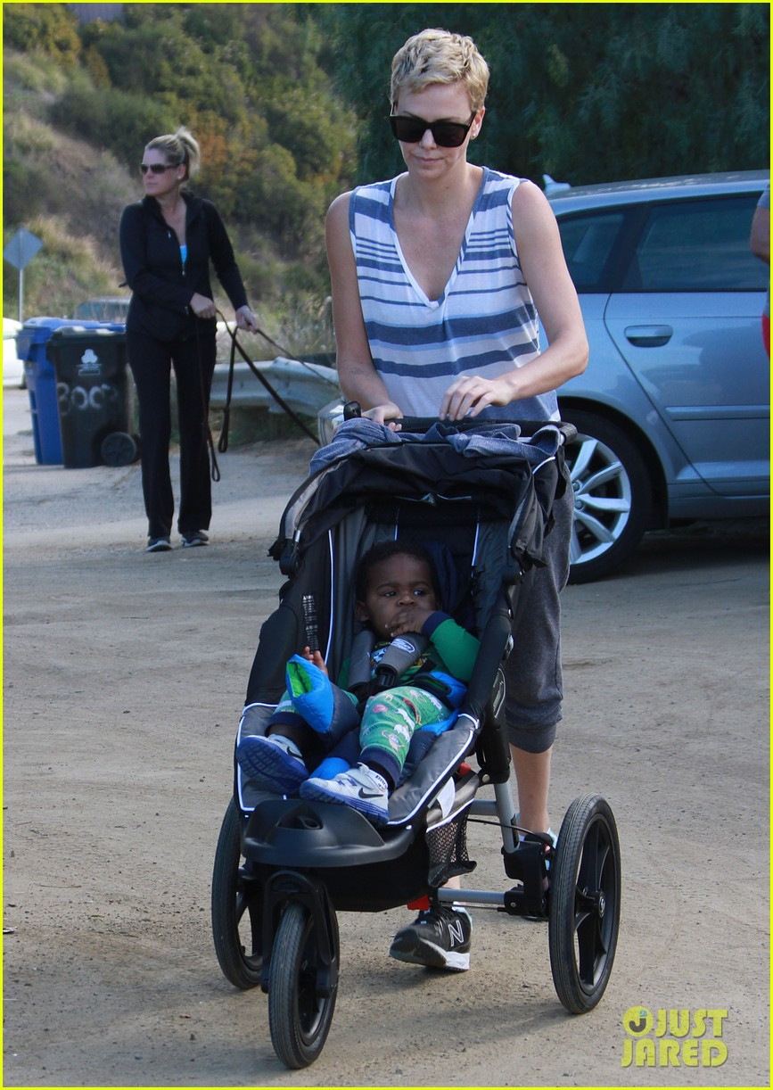 charlize theron runyon canyon hike with jackson 11