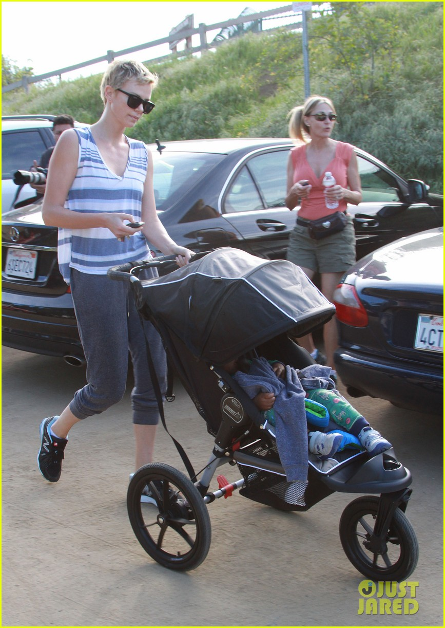 charlize theron runyon canyon hike with jackson 25