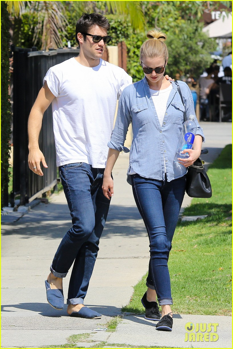 emily vancamp joshua bowman fratelli cafe couple 02