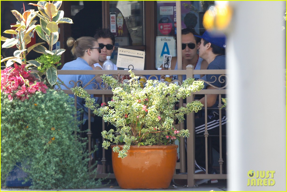 emily vancamp joshua bowman fratelli cafe couple 06