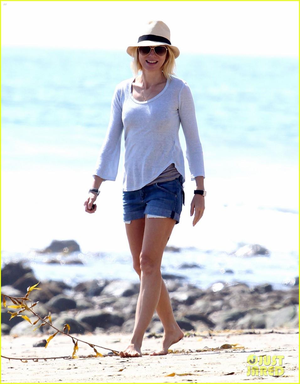 naomi watts shirtless liev schreiber family beach day 01